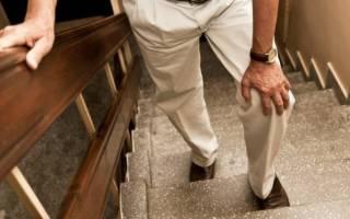 болит колено в согнутом положении и больно спускаться по лестнице как лечить