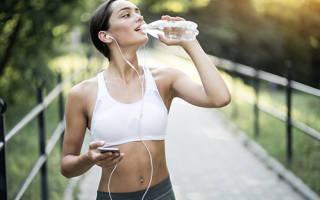 Можно ли пить воду с лимонным соком во время и после тренировки и в чем польза напитка